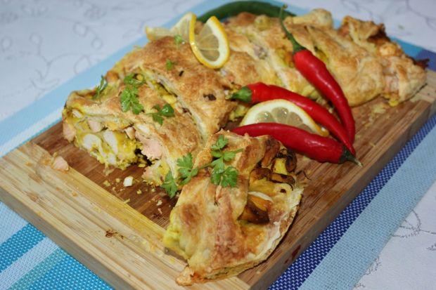 Rolada z ciasta francuskiego łososiowa