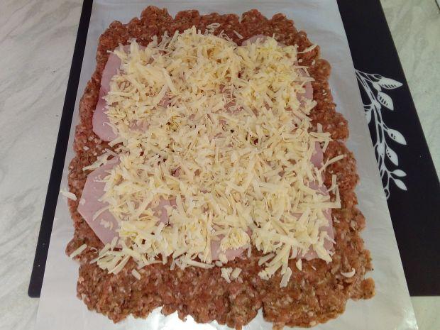 Rolada z mielonego ze szpinakiem, szynką i serem