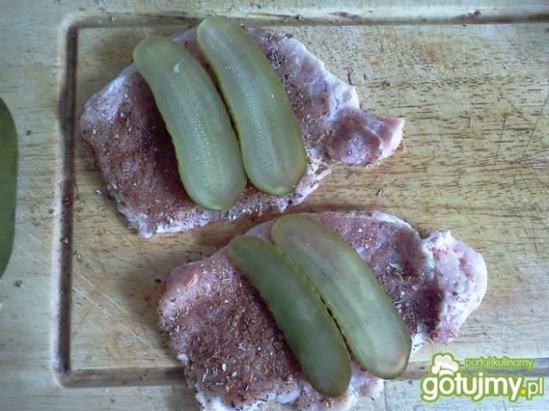Roladka ze śliwką i ogórkiem konserwowym