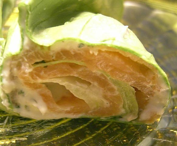 Roladki z salaty z lososiem