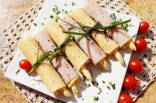 Roladki ze szparagami marynowanymi - z sera i szyn