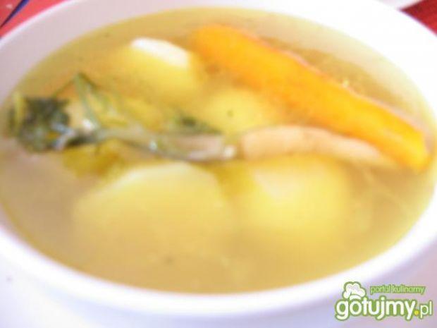 rosół z młodymi warzywami i kartoflami