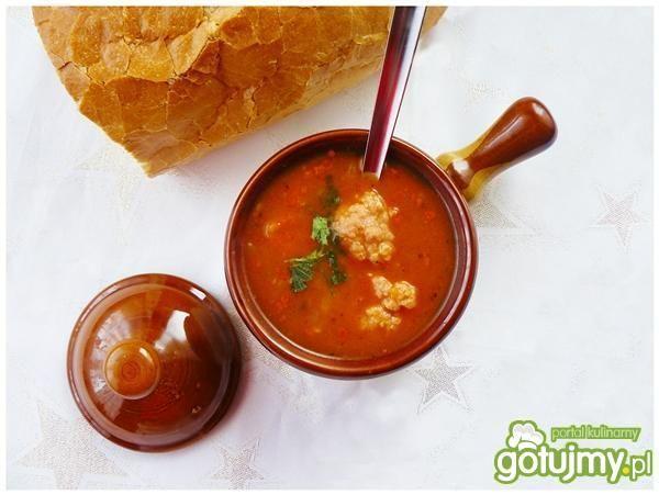 Rozgrzewająca zupa gulaszowa z pulpetami