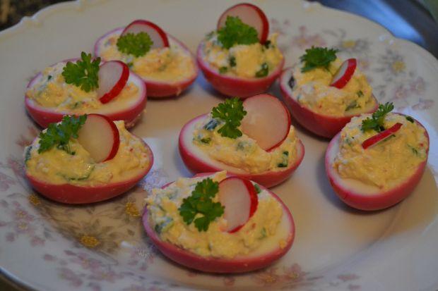 Różowe jajka faszerowane pastą z rzodkiewką