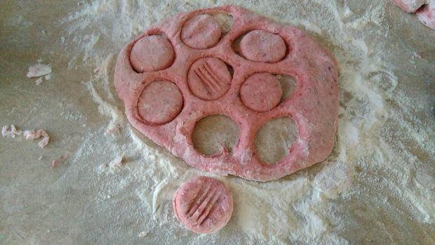 Różowe kluski ziemniaczane z sosem serowym