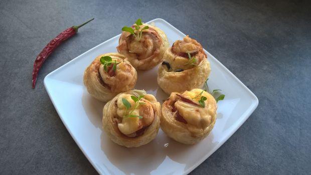 Różyczki z ciasta francuskiego z szynką, serem
