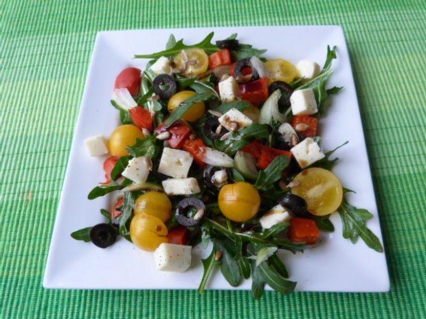 Rukola z cebulą, papryką i oliwkami