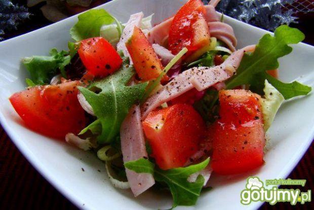 Rukola z pomidorem i wstazkami szynki