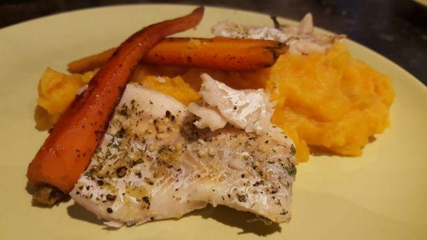 Ryba gotowana na parze z pure i marchewką.