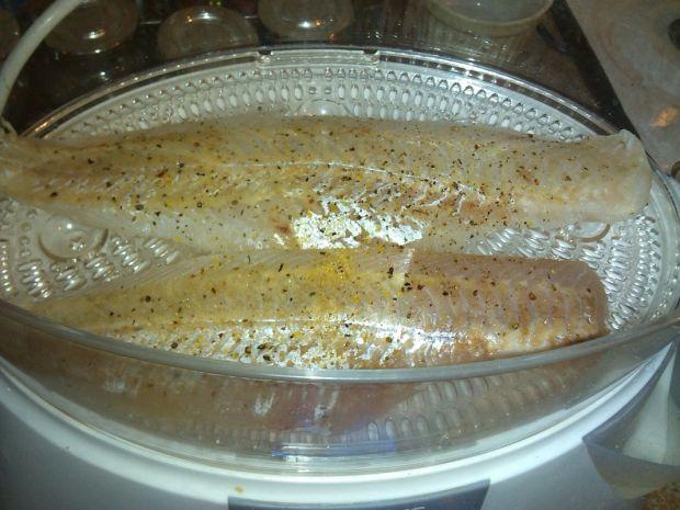 Ryba na parze z brokułem i kiełkami