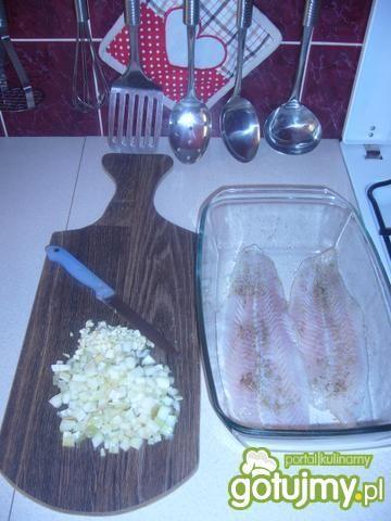 Ryba pieczona w sosie pomidorowym.