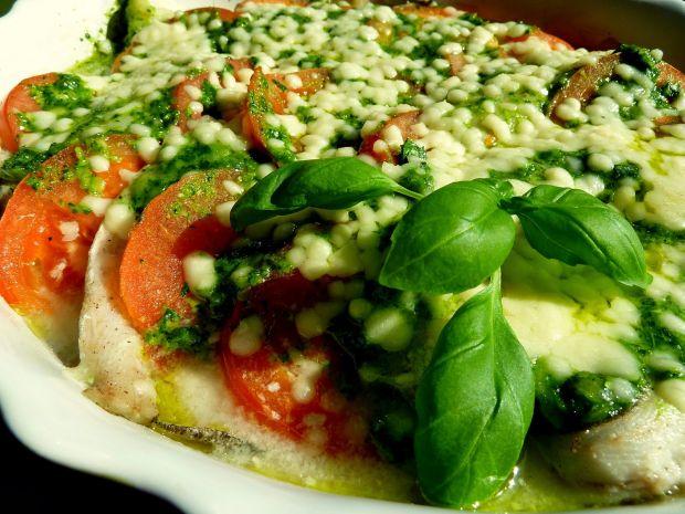 Ryba zapiekana z pomidorami w zielonym sosie pesto