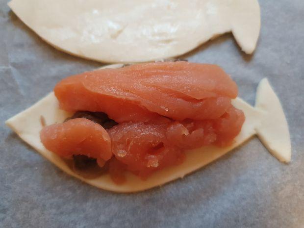 Rybki z ciasta  francuskiego  z łososiem