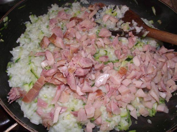 Ryż z cukinią i wędzonym kurczakiem