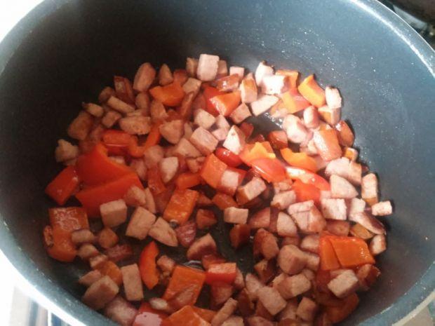 Ryż z grillowaną kiełbaską i papryką