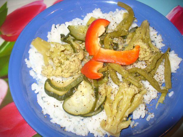 Ryż z kalafiorem, szparagą oraz cukinią na parze