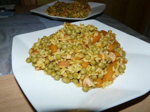 Ryz z marchewką i groszkiem.