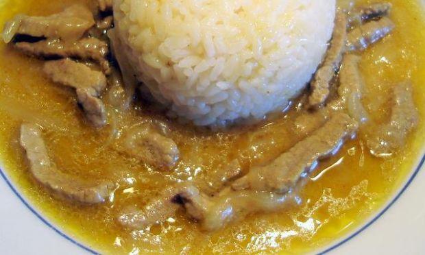 Ryż z sosem curry.