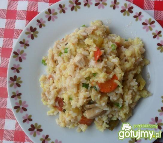 Ryż z sosem, mięsem i cukinią.