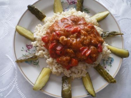 Ryż z sosem pomidorowym i mielonym