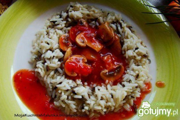 Ryż z sosem pomidorowym i pieczarkami