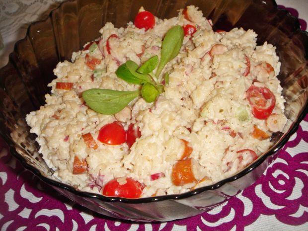 Ryżowa sałatka z kabanosami i rzodkiewką