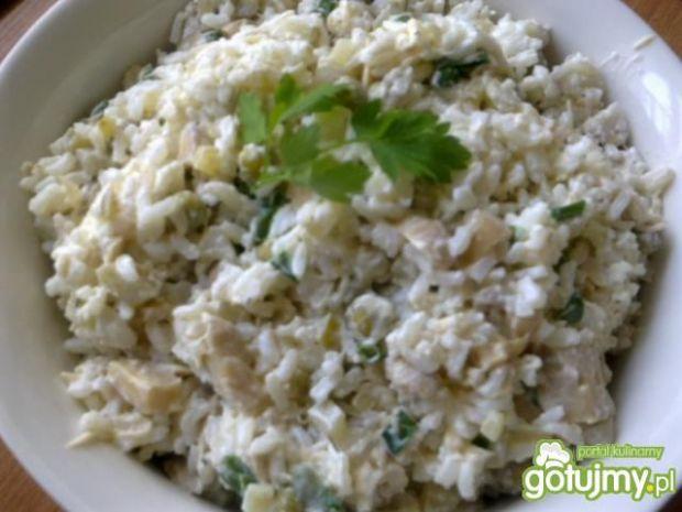 Ryżowa sałatka z marynowanymi pieczarkam