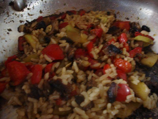 Ryżowe danie z cukinią w tle.