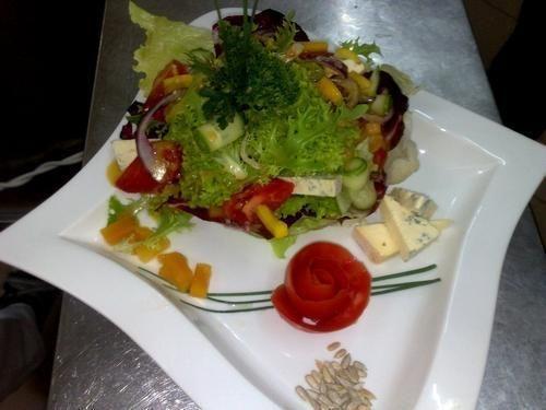 Rześka sałatka z serem pleśniowym
