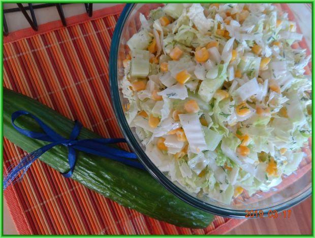 Rześka sałatka z sosem czosnkowym