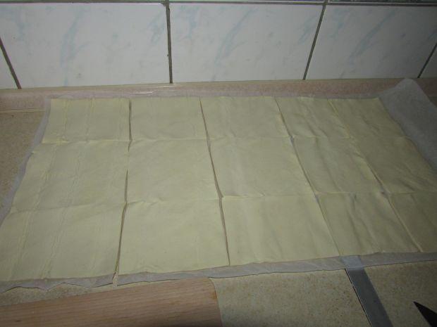 Sakiewki z ciasta francuskiego i dodatkami