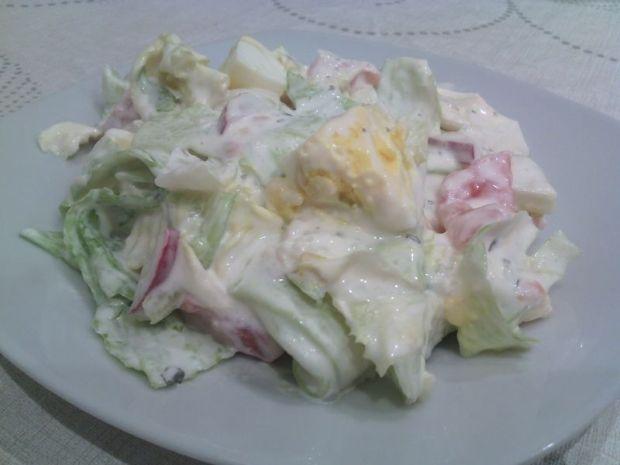 Sałata lodowa w sosie z jajkami