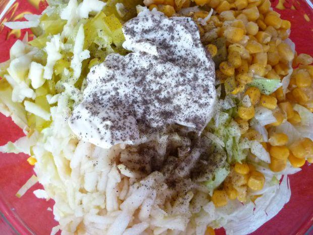 Sałata lodowa z kukurydzą i jabłkami