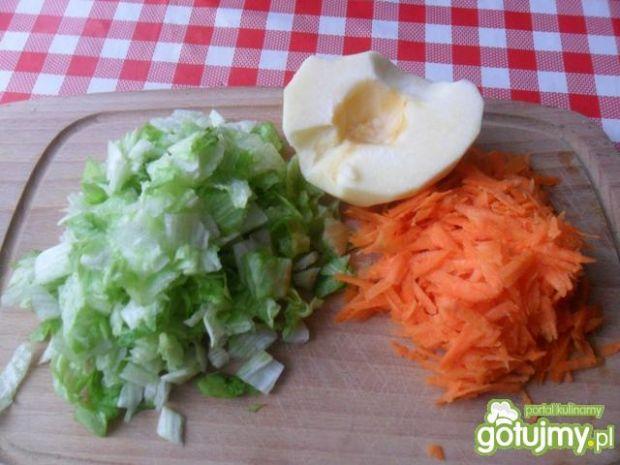 Sałata lodowa z marchewką i jabłkiem