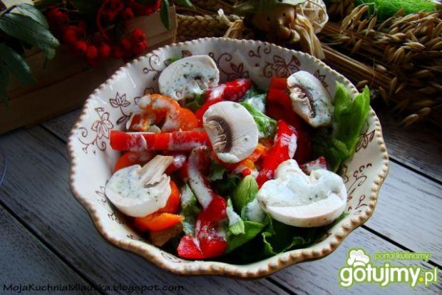 Sałata lodowa z pieczarkami i sosem