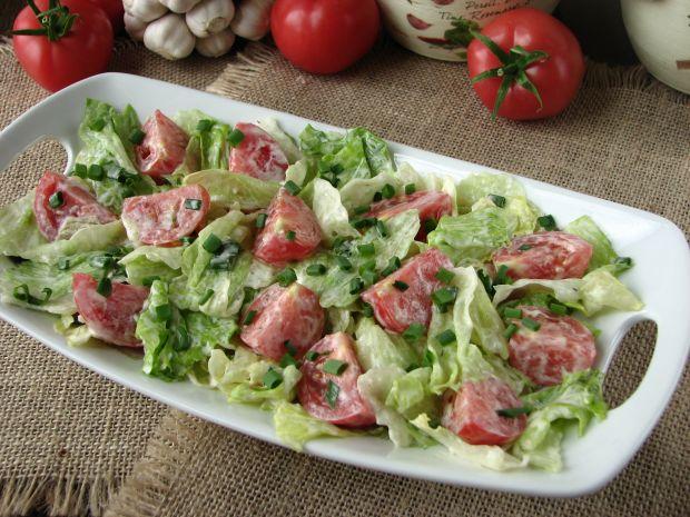 Sałata lodowa z pomidorami i sosem czosnkowym