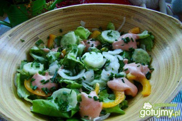 Sałata obiadowa z różowym sosem