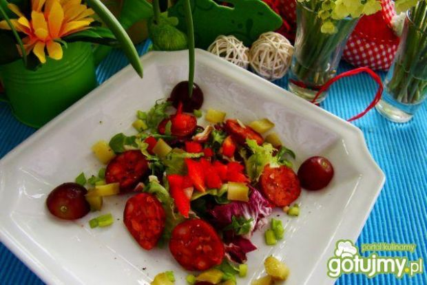 Sałata z chorizo i winogronem