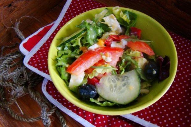 Sałata z czarnymi  oliwkami i jajkiem