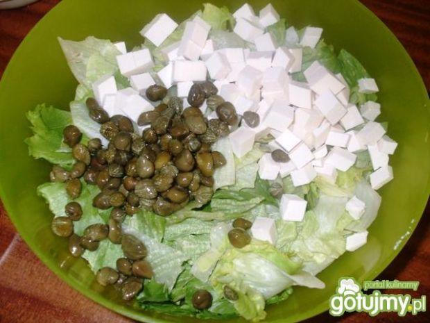 Sałata z fetą, kaparami, gruszką i pomid