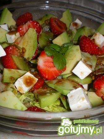 Sałata z fetą, kiwi i truskawkami