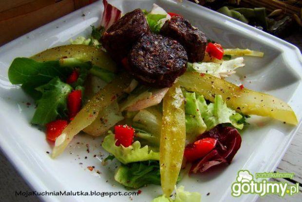 Sałata z grillowaną kaszanką