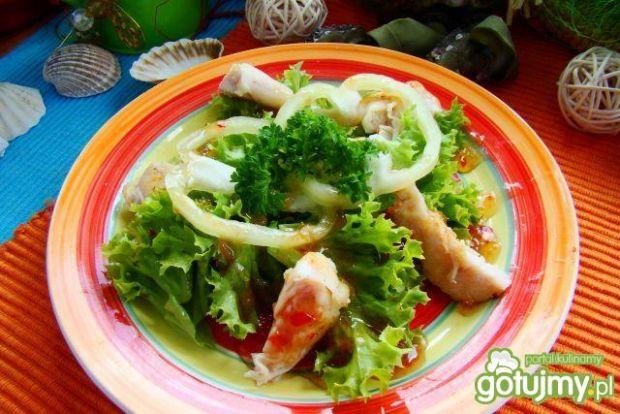 Sałata z grillowanym kurczakiem i sosem