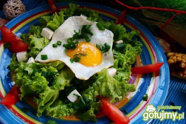 Sałata z jajem sadzonym