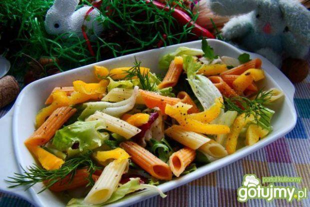 Sałata z kolorowym makaronem