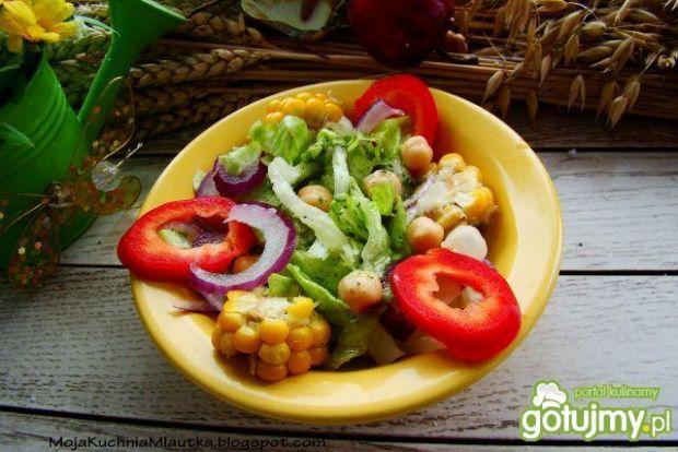 Sałata  z kukurydzą i ciecierzycą