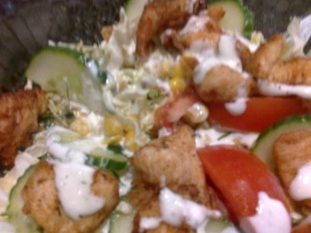 Sałata z kurczakiem karmelizowaną cebulk