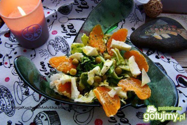 Sałata z mandarynką i groszkiem .