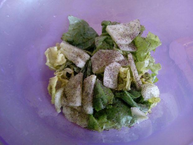 Sałata z ogórkiem w jogurtowym sosie