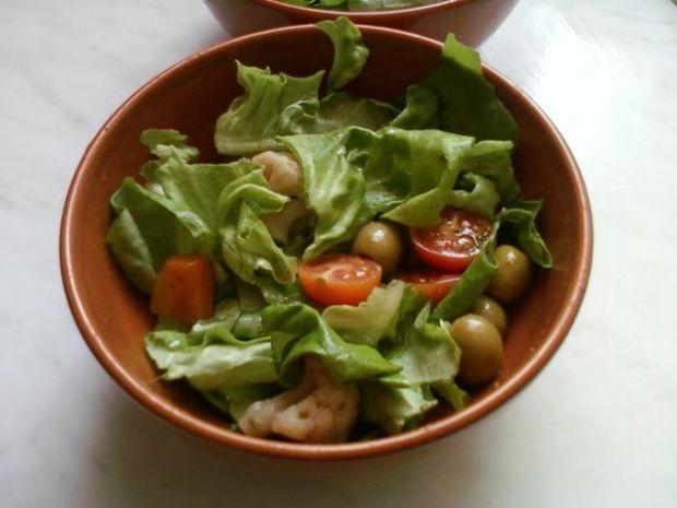 Sałata z oliwkami i pomidorkami cherry